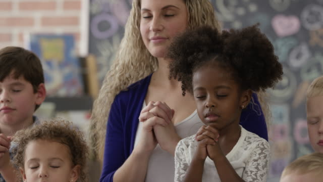 praying in sunday school - pregare video stock e b–roll