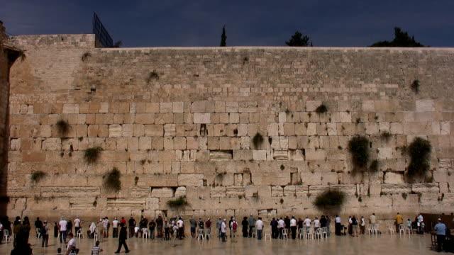 vídeos de stock e filmes b-roll de oração no muro das lamentações - jerusalém