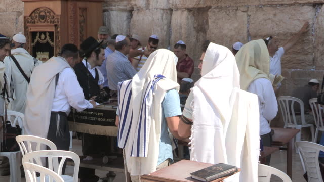 stockvideo's en b-roll-footage met praying, jerusalem, israel - orthodox jodendom