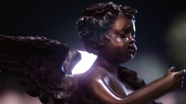 vídeos de stock, filmes e b-roll de rezar anjo de pedra - cupido