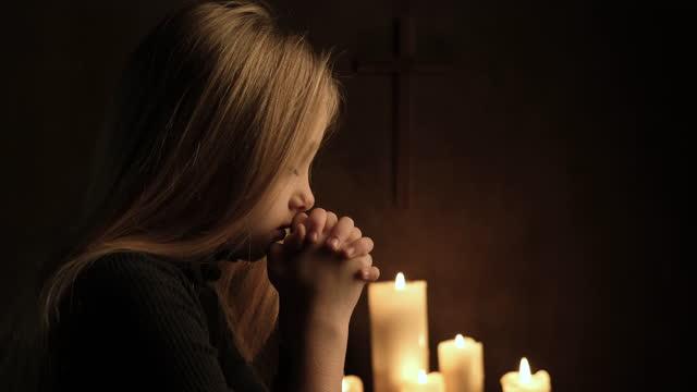 vídeos de stock, filmes e b-roll de orando a deus - candlelight