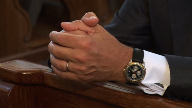 vídeos de stock, filmes e b-roll de hd: rezar - igreja