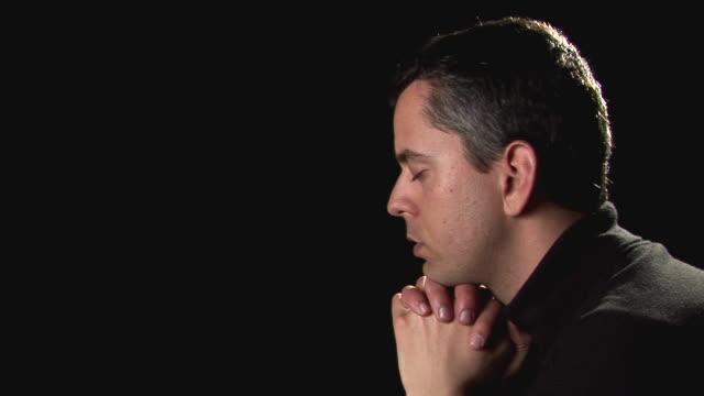 stockvideo's en b-roll-footage met hd: praying - gelovige