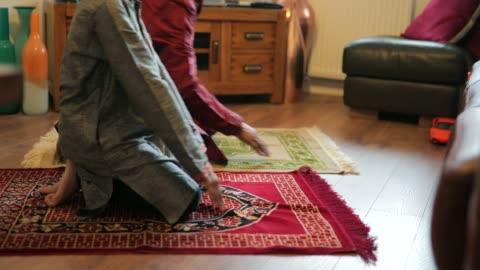 vídeos y material grabado en eventos de stock de orando con su nieto - culturas