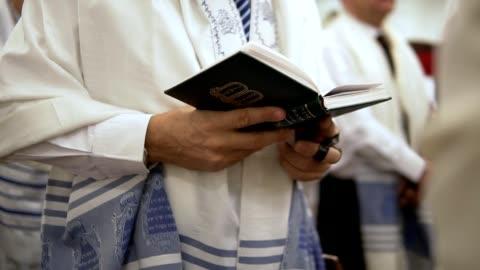 stockvideo's en b-roll-footage met praying with torah - israël