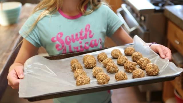 vidéos et rushes de pre teen girl baking - baking