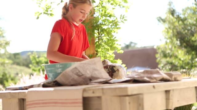 vídeos y material grabado en eventos de stock de pre teen girl making a mask - papier