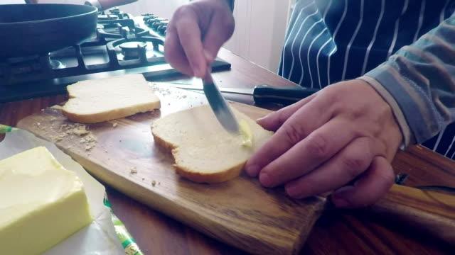 Preaparing och rostning Bacon Sandwich