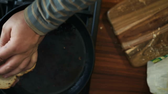 preaparing サンドイッチとベーコンのロースト - サンドイッチ作り点の映像素材/bロール