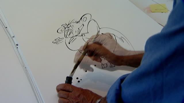 stockvideo's en b-roll-footage met london cartoonist drawing caricature of gordon brown - cartoonist