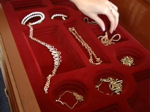 stockvideo's en b-roll-footage met precious necklace - parel juwelen
