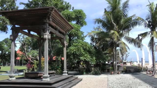 vidéos et rushes de superbe gloriette en bois le long de la plage de bali - bali