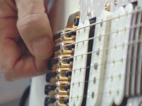 preconcert gitarre einstellen - griffbrett stock-videos und b-roll-filmmaterial
