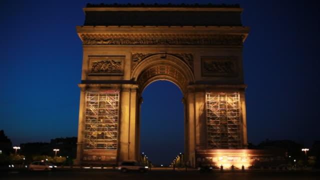 vidéos et rushes de avant l'aube de l'arc de triomphe à paris, en france - arc élément architectural