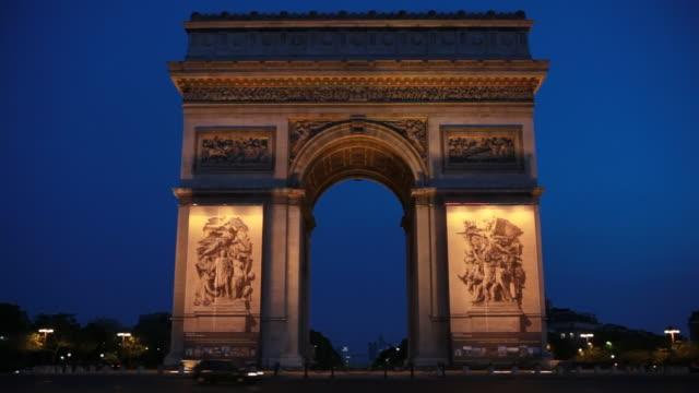 stockvideo's en b-roll-footage met pre-dawn arc de triomphe in paris, france - oorlogsmonument