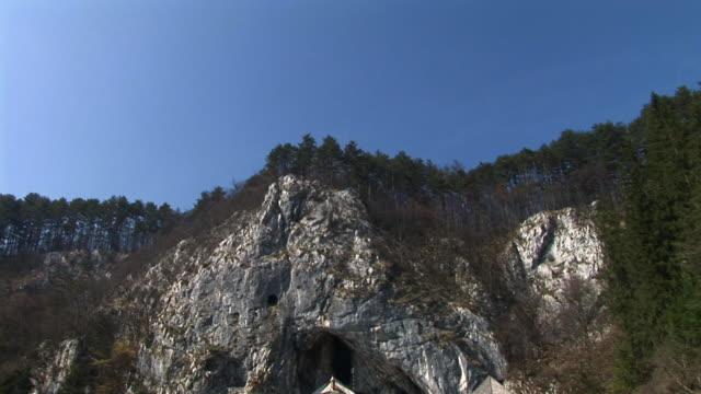 hd: castello di predjama, slovenia - castello video stock e b–roll