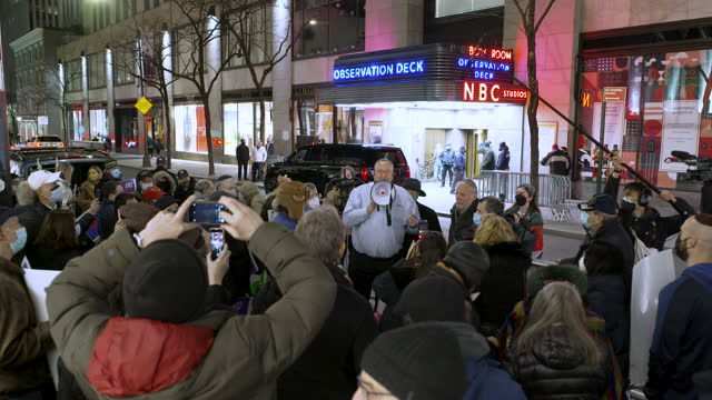 vidéos et rushes de predominantly jewish crowd protest outside of nbc studios against 'saturday night life' star michael che's 'anti-semitic' joke on saturday february... - nbcuniversal