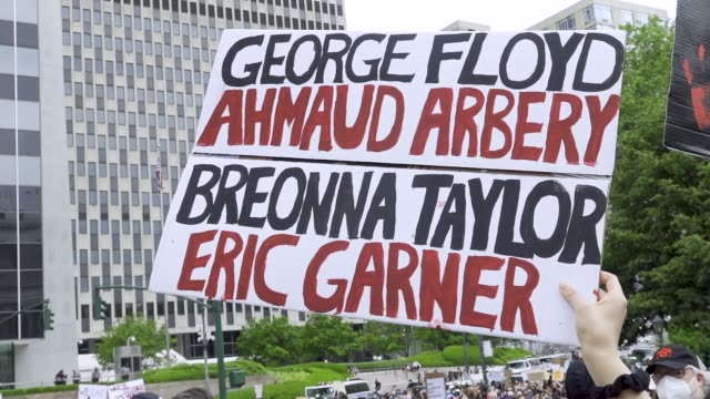 vídeos de stock, filmes e b-roll de predominantly teenage and college age crowd of demonstrators rallied at foley square and marched throughout downtown manhattan in solidarity with the... - new age