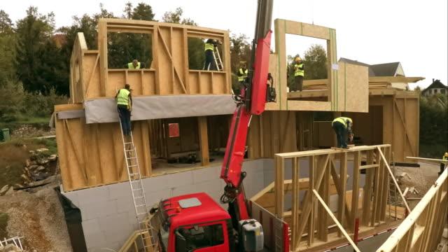 stockvideo's en b-roll-footage met time-lapse prefab houten huis wordt gebouwd - hout