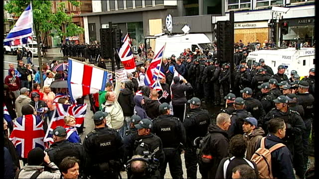vídeos de stock, filmes e b-roll de preg8 protests in belfast gv riot police forming cordon loyalists with union flags high angle shot of unionist protesters and heavy police presence... - moving activity