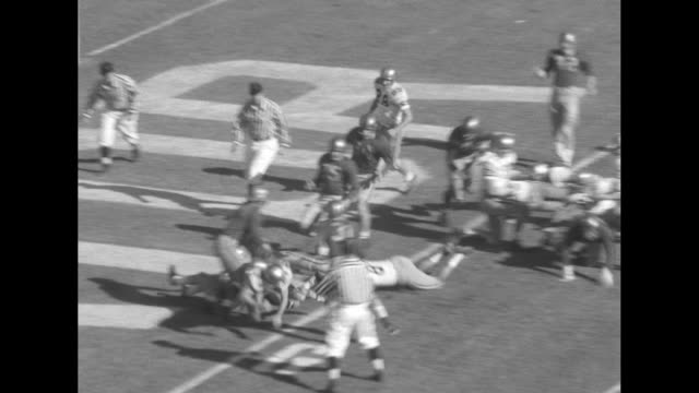 vídeos de stock e filmes b-roll de gv pregame show with performers in formation on gator bowl field / georgia tech yellow jackets team huddle on sideline / crowd stands up in stands /... - terceiro quarto de tempo