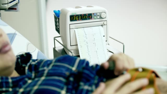 妊娠・出産 : 妊娠中の女性の健康診断 - ヒトの胎児点の映像素材/bロール