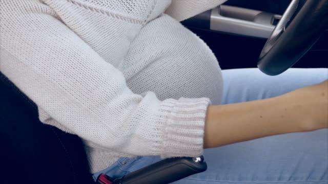 vídeos y material grabado en eventos de stock de embarazo/nacimiento - cinturón de seguridad