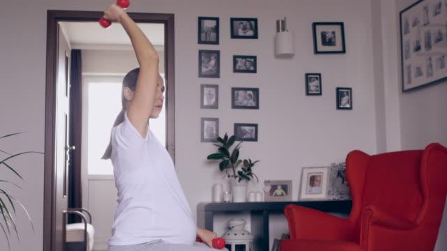 stockvideo's en b-roll-footage met zwangerschap/geboorte - fitnessbal