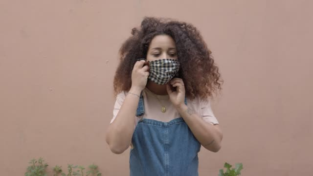 pregnant afro hair woman in the city wearing a cloth protective mask - black ethnicity stock videos & royalty-free footage