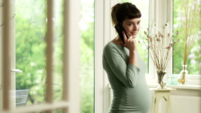 vídeos de stock e filmes b-roll de grávida em casa - seguro médico