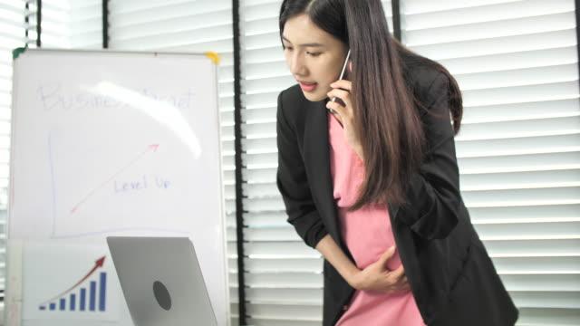gravid affärskvinna som arbetar - portable information device bildbanksvideor och videomaterial från bakom kulisserna