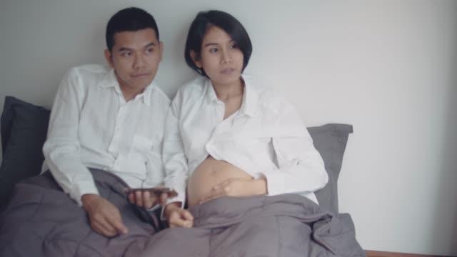Zwanger paar verwacht pasgeboren