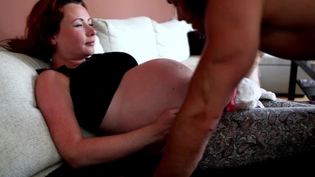 vídeos y material grabado en eventos de stock de embarazada pareja en el amor - abdomen humano
