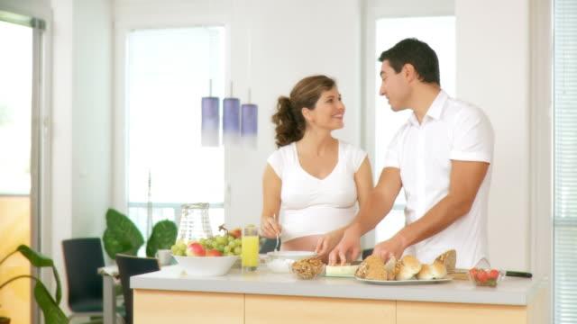 HD: Schwangere paar Vorbereitung Frühstück