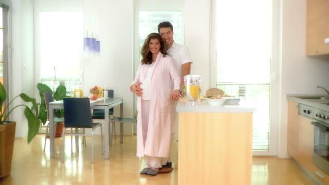 DOLLY HD: Schwangere Paar