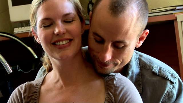 vidéos et rushes de pregnant couple - massage femme enceinte