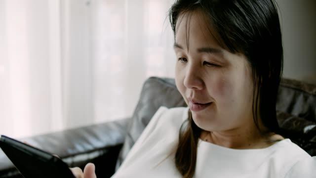vídeos de stock, filmes e b-roll de filme de observação fêmea grávido na tabuleta digital - ultrassom 3d