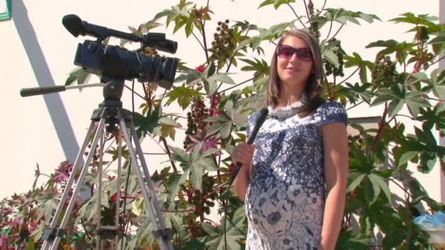 vídeos y material grabado en eventos de stock de chica embarazada - presentador de programa de concursos