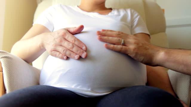 schwangere lieben. hd - streicheln stock-videos und b-roll-filmmaterial