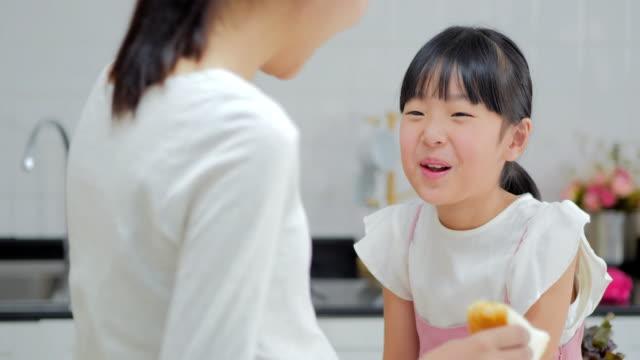 キッチンで妊娠中の母と娘、妊娠/出産 - 朝食点の映像素材/bロール