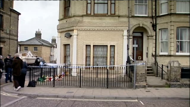 pregnant mother found dead in lowestoft along with her three children; england: suffolk: lowestoft: ext police cordon outside basement flat police... - ローストフト点の映像素材/bロール