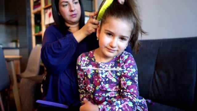 vídeos y material grabado en eventos de stock de mujer embarazada haciendo el pelo de hija - acariciar