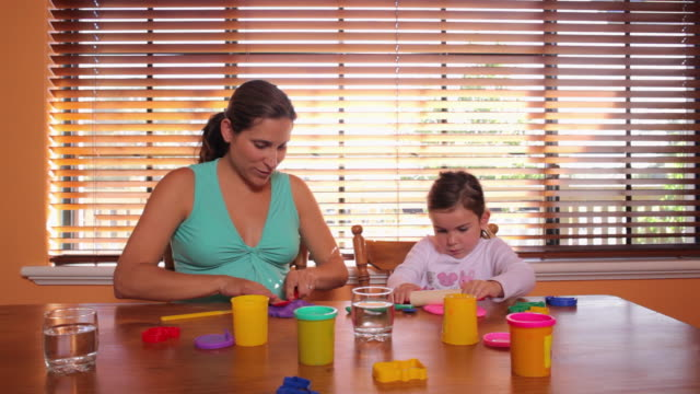 vídeos y material grabado en eventos de stock de ms ds pregnant mother playing playdough with her daughter (2-3) / perth, western australia, australia - arcilla