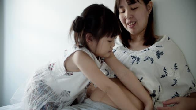 vidéos et rushes de soins de la peau enceinte - massage femme enceinte