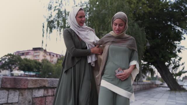 vídeos de stock, filmes e b-roll de grávida cansada mulher muçulmana - vestuário modesto