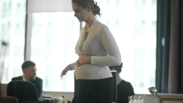 pregnant to work - incinta video stock e b–roll