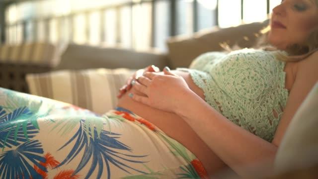 vídeos y material grabado en eventos de stock de mujer embarazada en su casa - abdomen humano