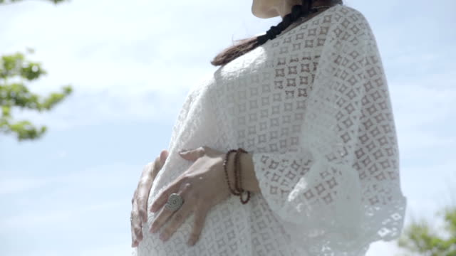 vidéos et rushes de m/s pregnant woman caressing her belly (summer) - femme enceinte