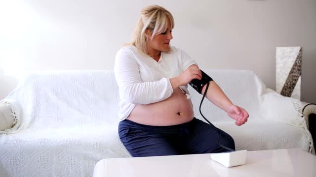 Schwangere Frau den Blutdruck überprüfen