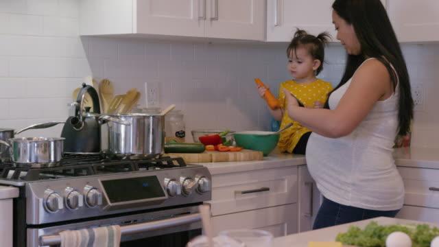 schwangere frau kochen - single mother stock-videos und b-roll-filmmaterial